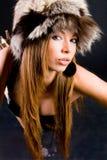 Junges Mädchen in der Pelzschutzkappe stockfoto