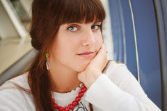 Junges Mädchen in der roten Halskette Lizenzfreies Stockfoto