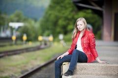 Junges Mädchen an der Station lizenzfreies stockbild
