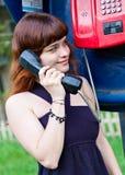 Junges Mädchen in der Telefonzelle Stockbild