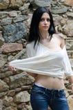 Junges Mädchen des Brunette im weißen Hemd und im Baumwollstoff Stockfotografie