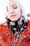 Junges Mädchen des Hintergrundes der wilden Blume Stockfotografie