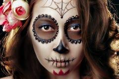 Junges Mädchen des Nahaufnahmegesichtes mit einem Make-up auf Halloween stockfotos