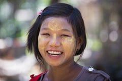 Junges Mädchen des Porträts mit thanaka auf Gesicht Mrauk U, Myanmar Lizenzfreies Stockbild