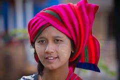 Junges Mädchen des Porträts mit thanaka auf ihrem Lächelngesicht Inle See, Myanmar Stockfotos
