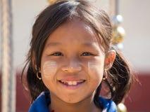 Junges Mädchen des Porträts mit thanaka auf ihrem Lächelngesicht Inle See, Myanmar Lizenzfreies Stockbild