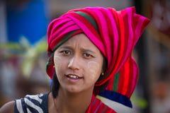 Junges Mädchen des Porträts mit thanaka auf ihrem Lächelngesicht Inle See, Myanmar Lizenzfreie Stockfotos