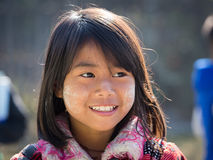 Junges Mädchen des Porträts mit thanaka auf ihrem Lächelngesicht Inle See, Myanmar Stockfotografie