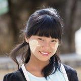 Junges Mädchen des Porträts mit thanaka auf ihrem Lächelngesicht ist Glück Myanmar, Birma Stockbild