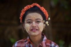 Junges Mädchen des Porträts mit thanaka auf ihrem Lächelngesicht Mandalay, Myanmar Lizenzfreies Stockbild