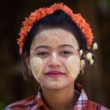 Junges Mädchen des Porträts mit thanaka auf ihrem Lächelngesicht Mandalay, Myanmar Stockbilder
