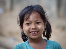 Junges Mädchen des Porträts mit thanaka auf ihrem Lächelngesicht Mrauk U, Myanmar Stockfotos