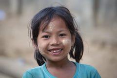 Junges Mädchen des Porträts mit thanaka auf ihrem Lächelngesicht Mrauk U, Myanmar Lizenzfreies Stockfoto