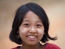Junges Mädchen des Porträts mit thanaka auf ihrem Lächelngesicht myanmar Lizenzfreies Stockfoto