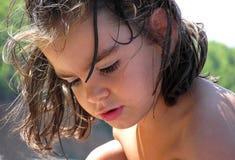 Junges Mädchen draußen Lizenzfreie Stockfotos