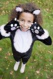 Junges Mädchen draußen im Katzekostüm auf Halloween stockfotos