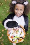 Junges Mädchen draußen im Katzekostüm auf Halloween Lizenzfreie Stockfotos