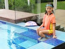 Junges Mädchen durch Swimmingpool Lizenzfreies Stockfoto
