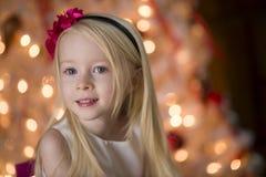 Junges Mädchen durch Weihnachtsbaum Lizenzfreies Stockbild