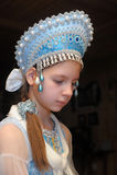 Junges Mädchen in einem blauen Kopfschmuck Stockfotografie