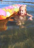 Junges Mädchen in einem Fluss Stockbilder