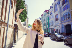 Junges Mädchen in einem Glas Kaffee in ihrer Hand macht selfie auf Lizenzfreie Stockbilder