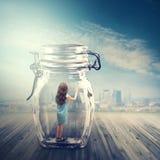 Junges Mädchen in einem Glasgefäß stockfoto