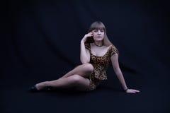 Junges Mädchen in einem Leopardkleid Lizenzfreies Stockfoto