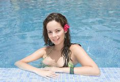 Junges Mädchen in einem Pool Stockbilder