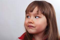 Junges Mädchen in einem roten Hemd seitlich Stockfotografie