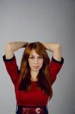 Junges Mädchen in einem roten Kleid Stockfoto