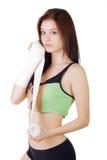 Junges Mädchen in einem Sportträgershirt und -kurzen Hosen verbindet seinen Arm mit einer elastischen Binde Lizenzfreie Stockbilder