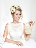 Junges Mädchen in einem weißen Kleid mit einem Vogel in der Hand Lizenzfreie Stockbilder