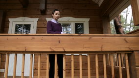 Junges Mädchen in einer purpurroten Strickjacke und in schwarzen Jeans stock footage