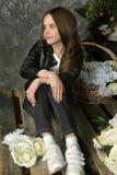 Junges Mädchen in einer schwarzen Lederjacke mit Blumen stockbilder