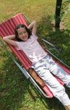 Junges Mädchen entspannen sich Stockfotos