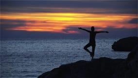 Junges Mädchen entspannt sich auf der Küste stock footage
