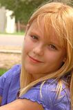 Junges Mädchen entspannt sich in einem Park Stockbild