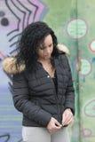 Junges Mädchen erhält tragenden Kapuzenpulli Lizenzfreies Stockfoto