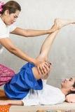 Junges Mädchen erhalten thailändische Artmassage durch Frau für Körpertherapie stockfoto