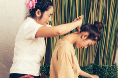 Junges Mädchen erhalten thailändische Artmassage durch Frau für Körpertherapie stockfotografie
