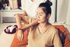 Junges Mädchen erhalten thailändische Artmassage durch Frau für Körpertherapie lizenzfreies stockbild