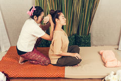 Junges Mädchen erhalten thailändische Artmassage durch Frau für Körpertherapie stockfotos