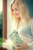 Junges Mädchen, Frau mit einem Präsentkarton in den Händen Lizenzfreie Stockfotografie
