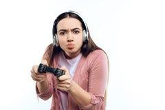 Junges Mädchen Gamer in den Kopfhörern mit Steuerknüppel stockbild