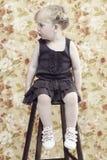 Junges Mädchen gegen Blumenhintergrund Stockfoto
