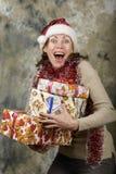 Junges Mädchen gekleidete Santa Claus mit Geschenkboxen Lizenzfreie Stockbilder