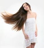 Junges Mädchen genießen ihr schönes Haar Lizenzfreies Stockbild
