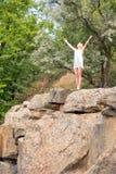 Junges Mädchen genießt schönes Wetter am Rand einer Klippe, mit ihr stockbilder