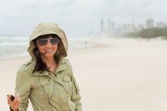 Junges Mädchen genießt, um zu hören Musik auf dem Strand Lizenzfreie Stockfotos